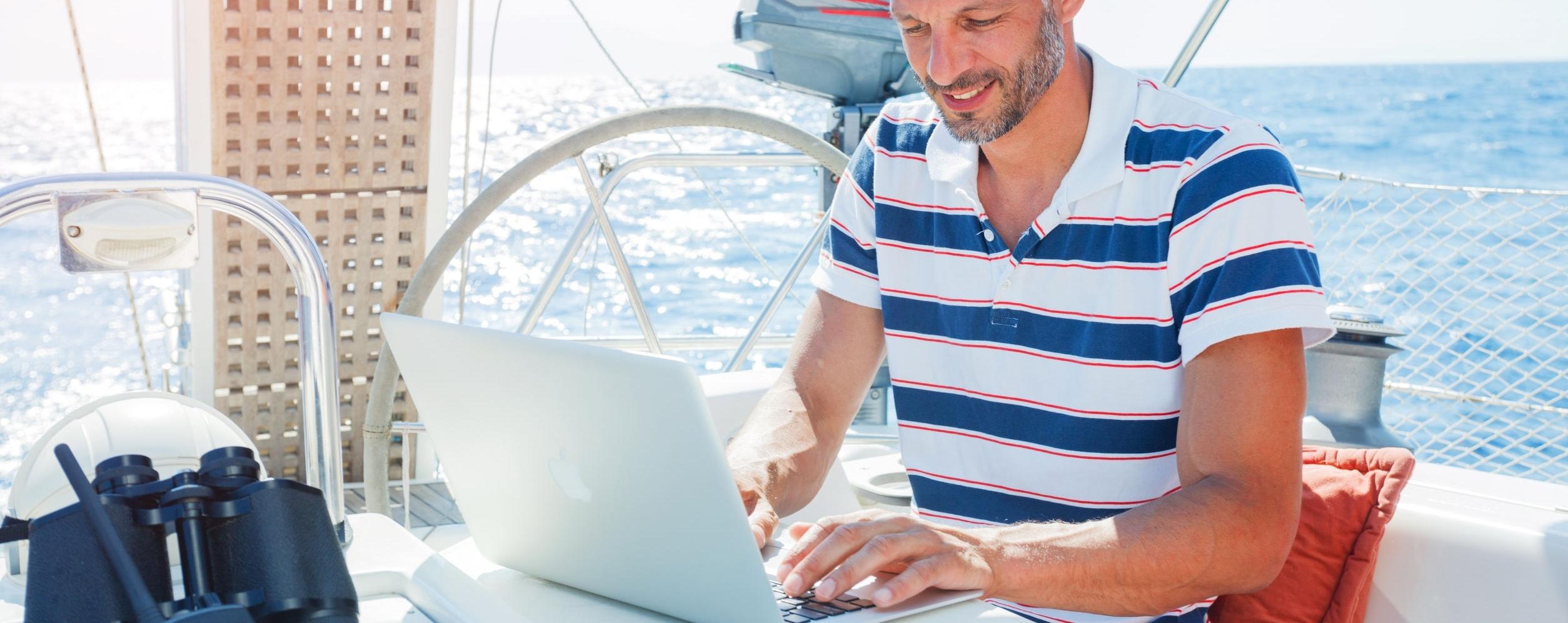 Online kann man die Theorie für des Hochseescheinkurses unabhängig vom Ort lernen. Mit dem e-learning Modul von hochamwind ist dies möglich.